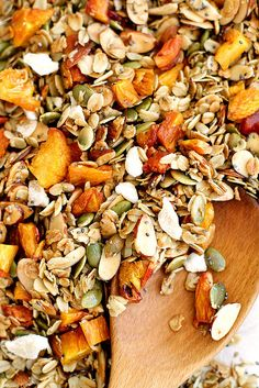 Easy and delicious ginger peach granola naturally sweetened with maple syrup. Good Morning Breakfast, Health Breakfast, Morning Food, Breakfast Time, Healthy Breakfast Recipes, Healthy Snacks, Clean Prep, Granola Girl, Vegan Granola