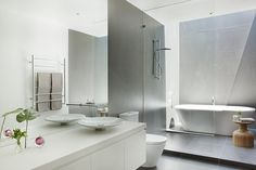 Malvern House by Lubelso: Contemporary Cutting-Edge House Design: Wonderful Contemporary Architectural Design For White Bathroom Interior De. Home Builders Melbourne, Melbourne House, Bad Inspiration, Bathroom Inspiration, Bathroom Ideas, Bathroom Designs, Custom Home Designs, Custom Homes, Malvern House