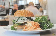 Who's in for a juicy, healthy and organic burger in Paris? Rendez-vous gourmand chez Paperboy, le petit resto bobo parisien par excellence / À lire sur Hey Flamingo