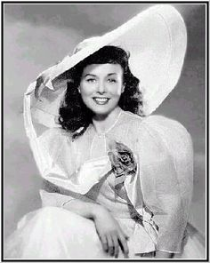 Paulette Goddard - the lovely lady in the beautiful picture hat! Paulette Goddard, Old Hollywood Glam, Hooray For Hollywood, Hollywood Style, Joan Leslie, Turner Classic Movies, Stars Then And Now, Classic Actresses, Vintage Beauty