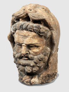 Rare tête de Vajrapani barbu, coiffée de la dépouille du lion de Némée, les pattes sont nouées autour du cou. En stuc à traces de polychromie. Haut : 26 cm Art Gréco-Bouddhique du Gandhara (Ier - Veme siècle)
