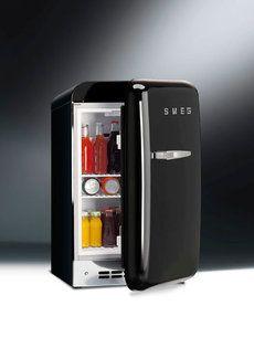 #Smeg #koelkasten FAB 5 Nieuw in het assortiment van de Jaren 50 lijn van #Smeg is de mini-koelkast FAB5. Deze kleine koelkast beschikt over dezelfde ronde vormen en retro charme als de andere FAB-koelkasten; die gezien worden als internationale stijliconen. Meer #informatie over #keukentrends http://www.wonenwonen.nl/keukenapparatuur/smeg-koelkasten/6809