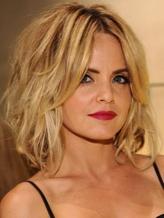 Shoulder-length: Mena Suvari - Apply mousse and blow dry hair upside down for mega volume. then rub a small amount of pomade between hands and work it through chunks of hair, from mid shaft of the strand down to the bottom.