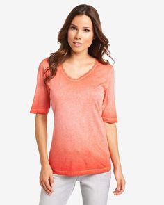 T-Shirt    Ein schickes Basic, das sich vielseitig kombinieren und besonders angenehm tragen lässt. Gefertigt aus einer erstklassigen Qualität mit Modal weist das Shirt einen soften Griff auf und schmiegt sich angenehm leicht an. Optisch punktet das Halbarm-Shirt durch die spezielle Farbgestaltung und zierende Häkelborte entlang des abgerundeten V-Ausschnitts. Aus 50% Baumwolle, 50% Modal....