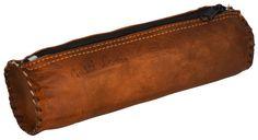 """Eine Schlamperrolle vom Feinsten – das ist """"Timmy"""". Aus weichem, naturgegerbtem, braunem Ziegenleder bietet die Tasche Dir im angesagten Vintage-Design viel Platz für Deine Stifte - Gusti Leder - S1"""