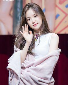 """Apink 에이핑크  (@apink__fairies) di Instagram: """"《170716》Apink at CTS Art Hall Fansign Event - Naeun~♥ Cr.owner #ohhayoung #parkchorong #Pinkup…"""" Kpop Girl Groups, Korean Girl Groups, Kpop Girls, Ahn Jae Hyun, Asian Woman, Asian Girl, Apink Naeun, Son Na Eun, Hair"""