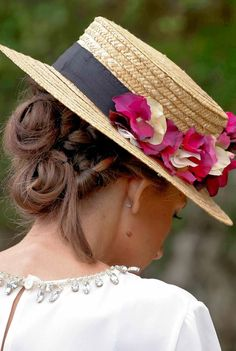 El canotier tendencia en cuanto a tocados para invitadas. Te contamos en qué tipo de boda se pueden utilizar y con qué peinado te sentará mejor.