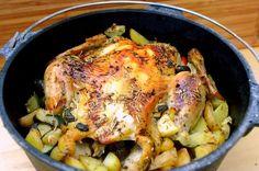 Ein sehr leckeres Dutch Oven Rezept: Maishähnchen auf einem Gemüsebett. Durch die Zubereitung im Dutch Oven bleibt es saftig und wird außen knusprig.