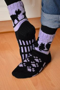 KARDEMUMMAN TALO Crochet Socks Pattern, Cat Pattern, Knit Patterns, Clothing Patterns, Knit Crochet, Knitted Slippers, Wool Socks, Knitting Socks, Bed Socks