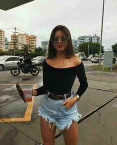 10 looks mais pinados de setembro Short jeans barra desfiada, body ombro a ombro de manga longa e cinto. Cute Teen Outfits, Short Outfits, Outfits For Teens, Trendy Outfits, Classy Outfits, Chic Outfits, Mode Outfits, Fashion Outfits, Womens Fashion