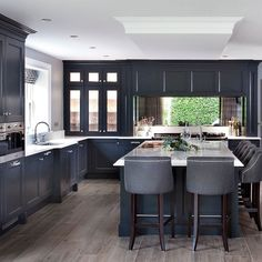 Follow @dream_kitchenspo for more amazing kitchens and kitchen design inspo  #dreamkitchen #kitchenremodel #kitchendesign #kitchendecor #kitchenlife
