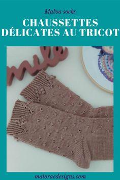 Malva socks où les chaussettes délicates par excellence. Elles se tricotent de la pointe vers la cheville et possèdent un joli point texturé facile à réaliser sur le dessus du pied et la cheville. Le talon est en rangs raccourcis Pour finir délicatement ces chaussettes ont réalise une finitions en côtes torses et noppes. Les explications pour tricoter ces chaussettes sont à retrouver sur maloraedesigns.com ou Ravelry. #tricot #tricotchaussettes #knit #sockknitting