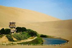 """Si chiama """"Lago Crescent"""" ed è un'oasi a forma di mezzaluna che si trova nel deserto del Gobi."""