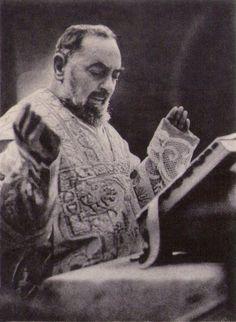 """""""Recorramos a Jesus e não às pessoas, pois só ele nunca nos faltará.""""(Padre Pio)"""