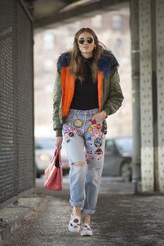Chiara Ferragni Calça Jeans com patch work andando no frio