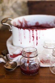 At this time of year Mom is in the kitchen canning and we'll all get something she canned for Christmas. (vía Italian Table Talk: grape harvest and September jam - Juls' Kitchen