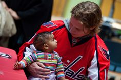 Washington's Nicklas Backstrom meeting a young fan. 50 Adorable Pictures Of NHL Players With Kids That Are Going To Melt Your Ovaries Caps Hockey, Hockey Games, Ice Hockey, Hockey Mom, Hockey Pictures, Adorable Pictures, Capitals Hockey, Tyler Seguin, Pittsburgh Penguins Hockey