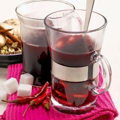 """Zu unserem hochprozentigen Schwedentrunk isst man traditionell """"Lussekatter"""" dazu, süße Hefebrötchen mit Safran."""