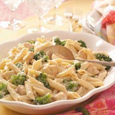 Gorgonzola Chicken Penne Recipe -I came up with this recipe in my attempt to re-create a meal at a European restaurant. The hearty Gorgonzola sauce pairs well with the chicken and pasta. Chicken Gorgonzola, Gorgonzola Sauce, Chicken Penne Recipes, Creamy Pasta Dishes, Broccoli Pasta, How To Cook Pasta, Soul Food, Ravioli, Gnocchi