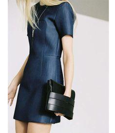 On craque pour la ligne minimaliste et la tenue de cette robe en néoprène façon jean.& Other Stories, 125 €.