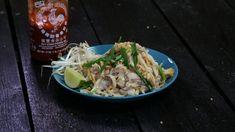 På väldigt kort tid har pad thai blivit en favorit för många svenskar, oavsett det är på stranden i Phuket eller på lunchhaket hemma i Sverige. Det här receptet visar hur himla enkelt det är att göra det själv hemma.