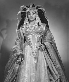 Role: Cleopatra Singer: Leontyne Price Opera: Antony and Cleopatra (S. Barber) Leontyne Price as Cleopatra from Samuel Barber's opera, based on Shakespeare's tragedy. This is one of the most stunning. Divas, Kings & Queens, Vintage Black Glamour, Vintage Soul, Photo Vintage, Black History Facts, My Black Is Beautiful, Simply Beautiful, Beautiful Things