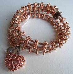 Rozegoudkleurig wire armbandje. met mooi opengewerkt hartje. Geen sluiting. Past vrijwel altijd.
