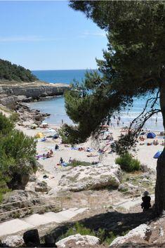 Vrij kleine camping La Source met ruim 70 kampeerplekken, op 100 meter van de zee en met directe toegang tot het zandstrand. De camping ligt ten westen van Marseille en is daardoor ook een goede uitvalsbasis om de rest van de streek (de stad, de calanques) te verkennen.