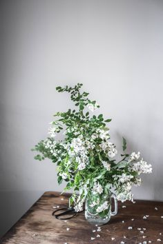 Foraged wild roses photographed by Amanda Nolan Booker Bunch Of Flowers, Green Flowers, White Flowers, Beautiful Flowers, Simple Flowers, Ikebana, No Rain, Arte Floral, Planting Flowers