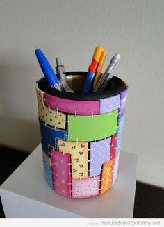 Lapicero forrado con trocitos de foam y decorado con rotuladores.  Pencil holder covered with foam and decorated with felt tip pens