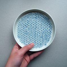 petit plat - €20.00  dimensions ≈ ⌀14,5cm, h1,5cm.  Peut servir de coupelle, vide-poche, assiette à dessert, moule à gâteaux...