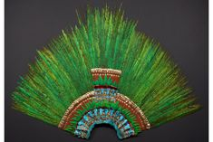 Feather head-dress, Mexico, Aztec, early 16th century. Quetzal, Cotinga, roseate spoonbill, Piaya feathers; wood, fibres, Amate paper, cotton, gold, gilded brass © KHM mit MVK und ÖTM.