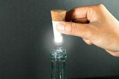 Mettre la lampe Led rechargeable dans le goulot de la bouteille