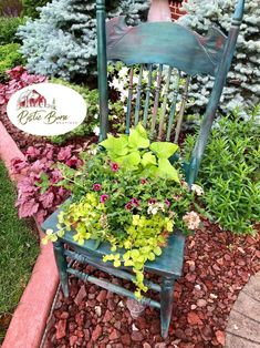 12 Incredibly Creative Chair Planter Ideas to Make Your Exterior Stand Out Antique Chairs, Vintage Chairs, Diy Planters, Planter Ideas, Chair Planter, Porch Planter, Miniature Chair, Diy Porch, Unusual Plants
