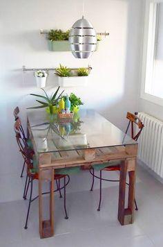 Mesa feita com paletes velhos                                                                                                                                                      Mais