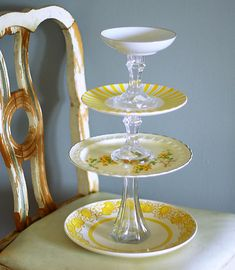 DIY Cake Stand - Candle holders, plates, and some glue :) Vintage Cupcake, Vintage Plates, Vintage Dishes, Antique Plates, Vintage Diy, Vintage Theme, Vintage Yellow, Vintage Inspired, Bolo Diy