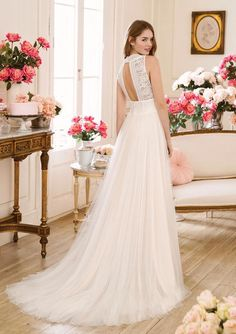 Feel romantically sophisticated in this slim A-line tulle wedding gown. Unique lace adorns this plunging V-neckline and a lace cummerbund wraps the gathered waistline of the tulle skirt. Tulle Wedding Gown, Applique Wedding Dress, Tulle Gown, Cheap Wedding Dress, Bridal Gowns, Wedding Dresses, Estilo Boho Chic, Sweetheart Bridal, Dress Robes
