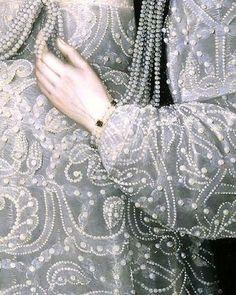Богатство- жемчуг,ткани, коллекционирование редких вещей, возможность прикоснуться к бесценному