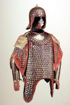 Zbroja husarska zwana karaceną/ Karacena polska pojawiła się i rozpowszechniła w ostatniej ćwierci XVII wieku i przetrwała aż do poł. XVIII wieku. Należała do zbroi kosztownych i ze względu na wagę, bardziej efektownych niż praktycznych. Używana była raczej przez starszyznę husarską i wyższych dowódców. Do jej propagatorów należał niewątpliwie sam hetman, a następnie król Jan III Sobieski./ Muzeum Wojska Polskiego w Warszawie.