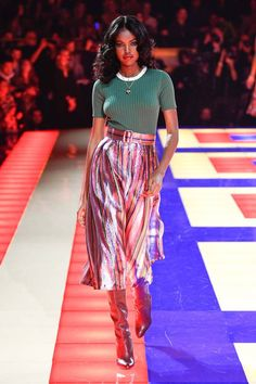 Tommy Hilfiger Spring 2019 Ready-to-Wear Collection - Vogue Tommy Hilfiger Looks, Current Fashion Trends, Stripes Fashion, Vogue Russia, Queen, Black Models, Fashion Show Collection, Affordable Fashion, Catwalk