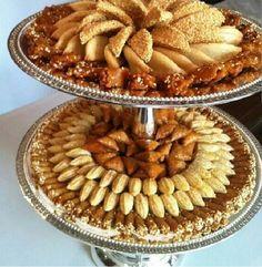 فن تقديم الحلويات المغربية العريقة والأ صيلة Cookie Desserts, Dessert Recipes, Biscuits, International Recipes, No Cook Meals, Banquet, Eid, Apple Pie, Cooking Recipes