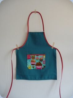 "Simple sewing, perfectly adapted to beginners (e) s. Material needed (the apron is in size 2 years): – of fabric for the ""base"" of the apron (here linen, … Source by nutsvi Coin Couture, Baby Couture, Couture Sewing, Sewing Tutorials, Sewing Projects, Sewing Patterns, Sewing Online, Sewing Aprons, Kids Apron"