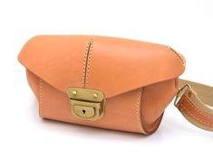 厚革で立体的なフォルムを作ったウエストバッグとしてもボディバッグとしても使える2wayバッグ。大きい差し込み錠前が目を引くハードレザーの鞄。ストラップはフリーサイズで調節可能。休日のお出かけにオススメの鞄です。