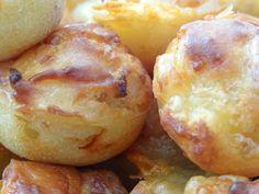 Ingrédients pour une cinquantaine de bouchées : 3 œufs 150 g de farine 1 sachet de levure Alsacienne 200 g de lardons fumés en allumettes 1 oignon(+/- 100 g) 100 g de Comté 100 g de fromage râpé 12…