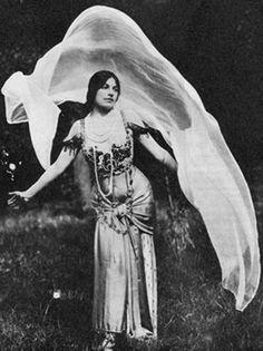 Mata Hari com véu.