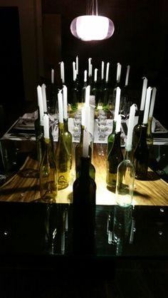 No tires las botellas que vas consumiendo, guárdalas que podrán servirte como decoración en tus eventos. En esta ocasión las utilizamos para lograr una sensación de intimidad y crear un ambiente romántico en una cena para dos..   #tableart #lorettavalle #buenasmaneras #mesatips #cursos #pasiónporlosdetalles