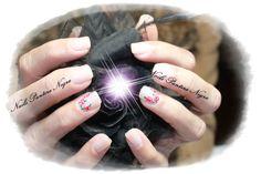 Unhas em gel cor branco leitoso com nail art feita á mão Rosas