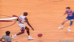 Omg that pass! Michael Jordan is amazing