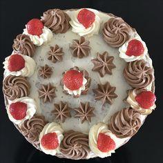 Slagroomtaart met Bonbonbloc en verse aardbeien