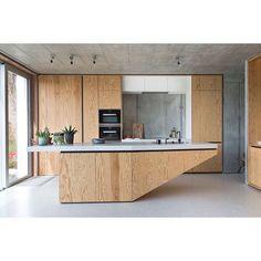 Warm wonen met beton II • Aan de voorzijde lijkt deze villa bij Brussel een gesloten burcht van beton, maar laat je niet misleiden. Achter de voordeur ontvouwt zich een warm, open interieur dankzij een gelukkig huwelijk tussen hout en beton. 'We wilden een open huis waar we veel familie en vrienden kunnen uitnodigen.' #nieuw #interieurno5 #juneissue #milaanspecial #kioskcandy